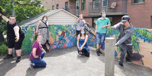 Les jeunes participent à la création d'une murale inclusive
